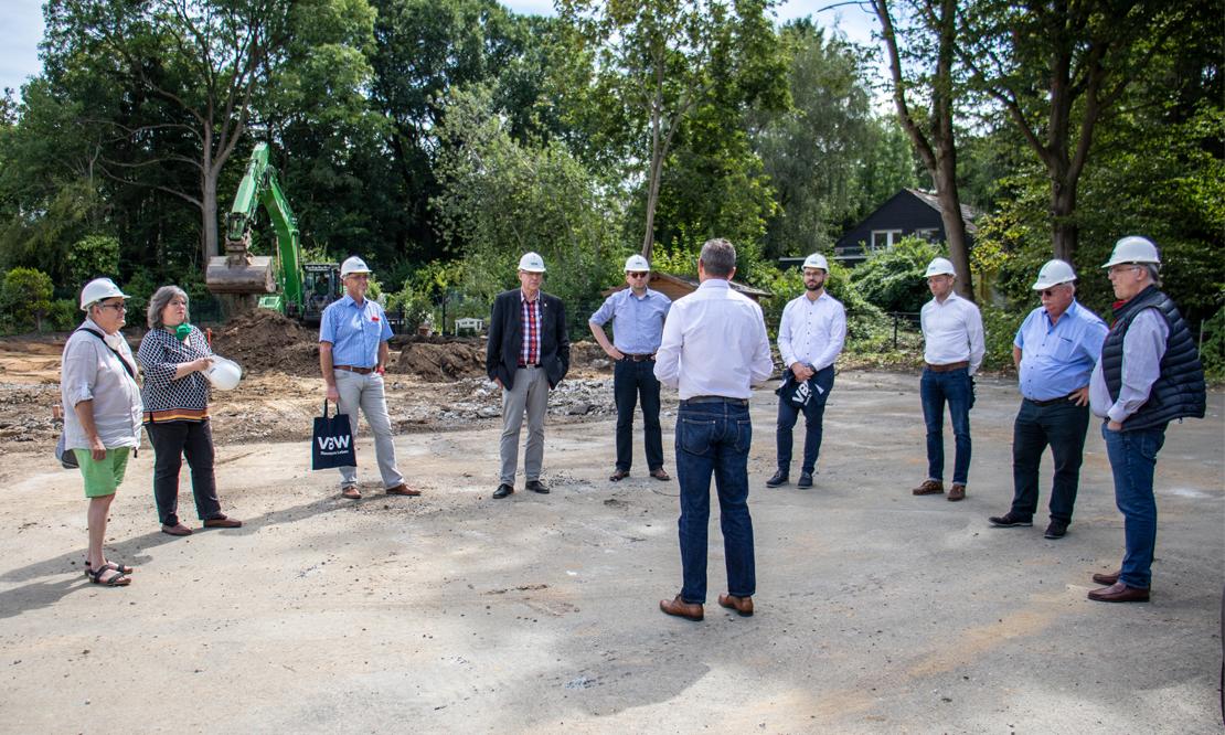Norbert Riffel erklärt den Teilnehmern die aktuelle Baustelle