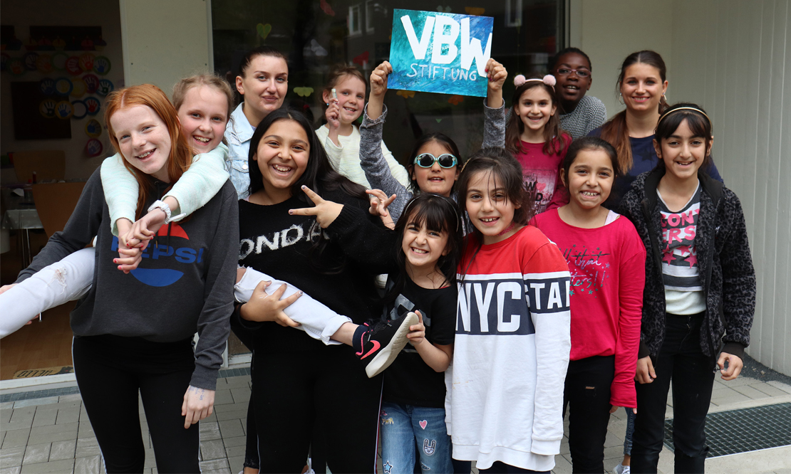 Kinder dier INItiative Pro Steinkuhl feiern die VBW Stiftung für ihren Einsatz